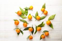 Апельсины мандарина на деревенской белой деревянной предпосылке Стоковое Изображение RF