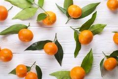 Апельсины мандарина на деревенской белой деревянной предпосылке Стоковое Фото
