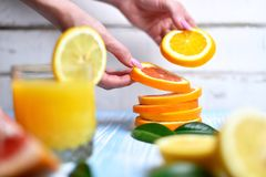 Апельсин в руках Стоковая Фотография RF