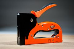 Апельсин домочадца сшивателя новый, надежный стоковое фото