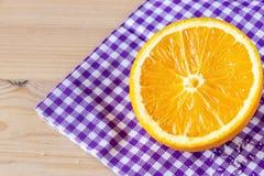 Апельсин конца-вверх наполовину зрелый органический египетский на бумажной салфетке скопируйте космос еда диетпитания здоровая стоковые фото