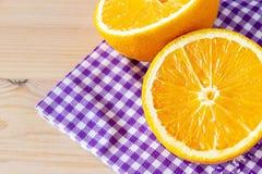 Апельсин конца-вверх наполовину зрелый органический египетский на бумажной салфетке скопируйте космос еда диетпитания здоровая стоковая фотография