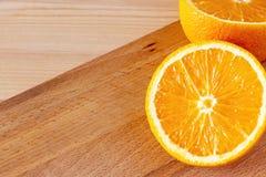 Апельсин конца-вверх наполовину зрелый органический египетский на бумажной салфетке скопируйте космос еда диетпитания здоровая стоковые изображения