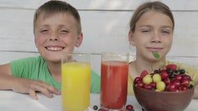 Апельсин питья мальчиков и сок томата акции видеоматериалы