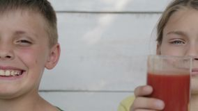Апельсин питья мальчиков и сок томата видеоматериал