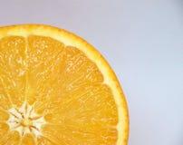 Апельсин против белой предпосылки Стоковое Изображение
