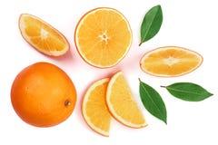 Апельсин с куском и лист изолированные на белой предпосылке Плоская картина положения Взгляд сверху Стоковое Изображение RF