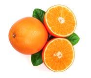 Апельсин с куском и лист изолированные на белой предпосылке Плоская картина положения Взгляд сверху Стоковые Изображения RF