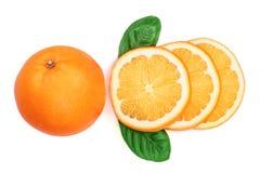 Апельсин с куском и лист изолированные на белой предпосылке Плоская картина положения Взгляд сверху Стоковое фото RF