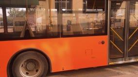 Апельсин шина города идет вдоль образа жизни концепции городского транспорта улицы сток-видео