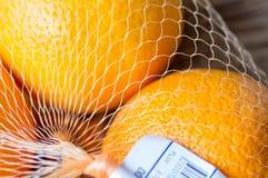2 апельсина в решетке сумки Стоковые Фото