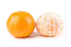 2 апельсина пупка одного слезли одно unpeeled Стоковое Изображение