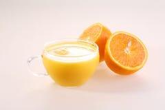 Апельсиновый сок в прозрачной чашке и половинах сочного зрелого ora Стоковая Фотография RF