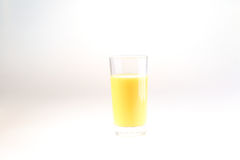 Апельсиновый сок в прозрачном стекле на белой предпосылке Стоковое фото RF