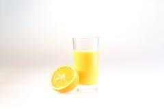 Апельсиновый сок в прозрачном стекле на белой предпосылке Стоковая Фотография RF
