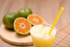 Апельсиновый сок в стекле на деревянной таблице Стоковое Изображение RF