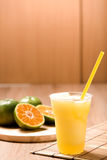 Апельсиновый сок в стекле на деревянной таблице Стоковые Изображения