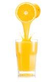 Апельсиновый сок лить вне от плодоовощ в стекло Стоковые Изображения RF