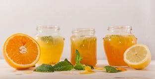 Апельсиновый сок и лимонад с мятой в опарниках стоковые фотографии rf