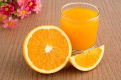 Апельсиновый сок и куски апельсина стоковое изображение rf