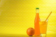 Апельсиновый сок на запятнанной предпосылке Стоковые Изображения RF