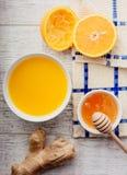 Апельсиновый сок с взгляд сверху меда и имбиря стоковая фотография