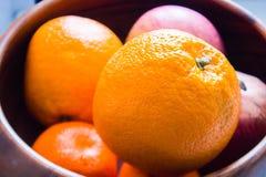 Апельсины в деревянной вазе Стоковая Фотография