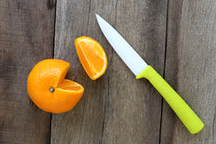 Апельсины мандарина и акриловый нож помещенные на старом деревянном floo Стоковая Фотография