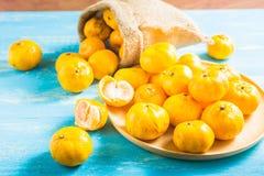 Апельсины мандарина пятна фокуса на деревянном столе Апельсины мандарина один вид Стоковые Изображения