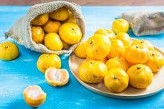 Апельсины мандарина пятна фокуса на деревянном столе Апельсины мандарина один вид Стоковые Изображения RF