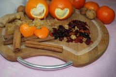 2 апельсины отрезка сердец и плодоовощ и специи Стоковые Фото