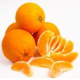 Апельсины с кусками на белизне Стоковое Изображение RF