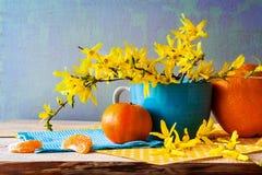 Апельсины forsythia желтого цвета букета весны натюрморта Стоковые Изображения