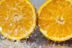 Апельсин воды падая стоковые фотографии rf
