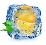 Апельсин в кубе льда с падениями стоковые изображения rf