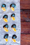 Апельсин в шоколаде на белой бумаге Стоковое Изображение