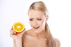Апельсин женщины отрезанный удерживанием половинный Стоковые Изображения