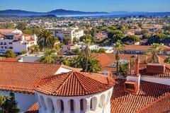 Апельсин здания суда настилает крышу Тихий океан Санта-Барбара c зданий стоковая фотография rf