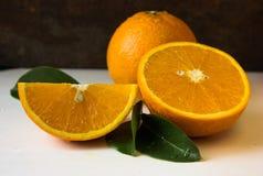 Апельсин и анисовка играют главные роли, половина апельсина, оранжевой дольки Стоковое Изображение
