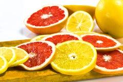 Апельсин и грейпфрут звенят на деревянной доске Стоковые Изображения RF