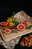 Апельсин и цветки на древесине стоковое фото