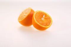 Апельсин на белой предпосылке, половины сочного зрелого апельсина на a Стоковое Изображение RF