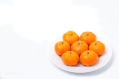 Апельсин на белом блюде стоковая фотография rf