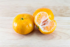 Апельсин на деревянном столе Стоковая Фотография RF
