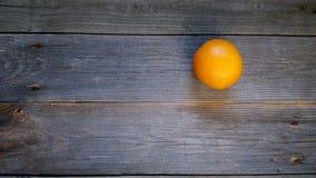 апельсин на досках Стоковые Изображения