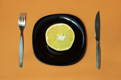 Апельсин, плита, вилка, нож Стоковое Изображение RF