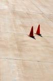Апельсин 2 сигнализирует конусы дороги на конкретной плоской доске авиапорта с Стоковое Фото