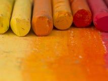 Апельсин crayons предпосылка стоковое изображение rf