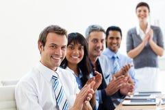 аплодируя представление деловых партнеров Стоковая Фотография