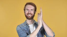 Аплодируя человек Redhead, хлопающ, желтая предпосылка
